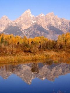 Отражение высоких гор в воде будет умиротворяюще действовать на вас